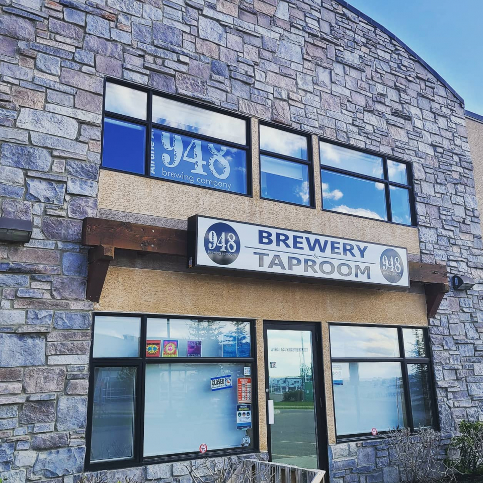 Last stop on our road trip following route #southcentral4 had us wrapping it up @948brewing in Airdrie.  For those who didn't grow up in the area, 948 is the original prefix for Airdrie phone numbers - that's why you'll see a lot of phone-related pieces in their taproom (including the tap handles)! Their brews are super small batch, rotating constantly.